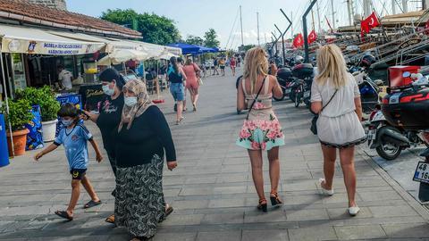 Touristen gehen in Bodrum an der Promenade entlang. (AFP)