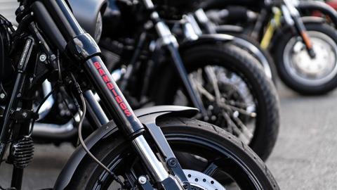 """Motorräder mit der Aufschrift der """"Bandidos"""" (dpa)"""