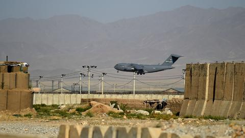 Eine Maschine der US-Air Force landet auf dem Militärstützpunkt Bagram in Afghanistan. (AFP)