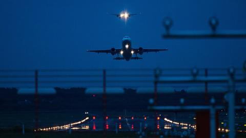 Ein Passagierflugzeug startet vom dem Flughafen. Im Hintergrund ist ein Flugzeug im Landeanflug (picture alliance/dpa)