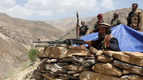 Bewaffnete Männer stehen an ihrem Kontrollposten im Distrikt Ghorband in der Provinz Parwan (Afghanistan). (REUTERS)
