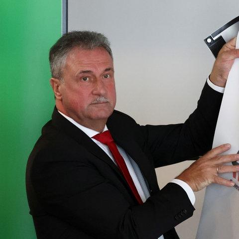 GDL-Chef Claus Weselsky mit einem Plakat der Lokführergewekschaft (REUTERS)