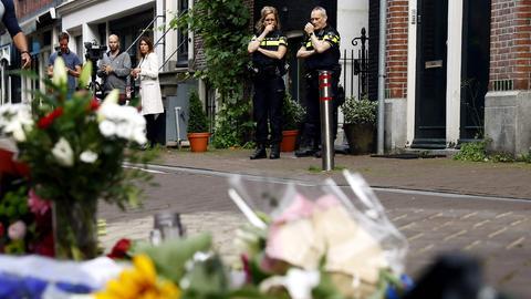 Menschen und Blumen am Tatort in der Lange Leidsedwarsstraat im Zentrum Amsterdam. (AFP)