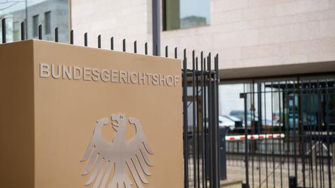 Schild am Eingang des Bundesgerichtshofs in Karlsruhe (dpa)
