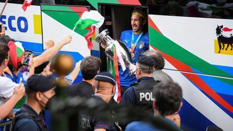 Italiens Giorgio Chiellini präsentiert den EM-Pokal (REUTERS)