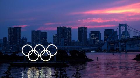 Die beleuchteten Olympischen Ringe vor dem Nachthimmel in Tokio. (AFP)