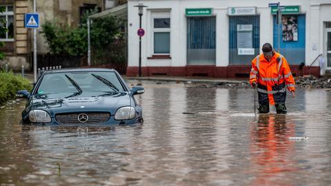 Ein Auto steht unter Wasser: Überschwemmung nach Starkregen in Hagen (dpa)