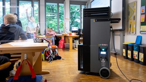 Ein mobiler Luftfilter steht in einem Klassenraum. (dpa)
