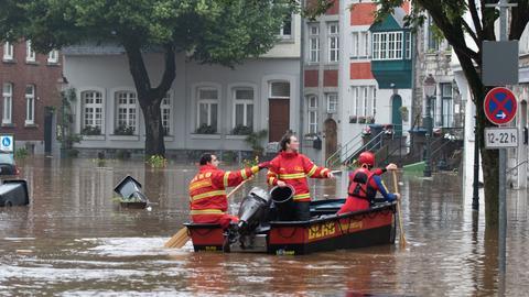 Ein Boot der Deutschen Lebens-Rettungs-Gesellschaft (DLRG) fährt bei Hochwasser durch Aachen. (dpa)
