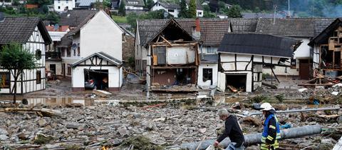 Menschen in dem vom Hochwasser zerstörten Ort Schuld  (REUTERS)