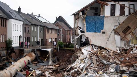Die Ruine eines eingestürzten Hauses in Erftstadt. (AFP)