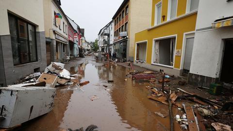 Wasser steht in der Fußgängerzone von Gemünd in NRW, nachdem die Urft über die Ufer getreten war. (dpa)