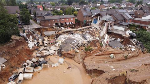 Eine Drohnenaufnahme zeigt das Ausmaß der Zerstörung in Erftstadt nach dem Unwetter. (dpa)