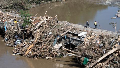 Schutt, Bäume und sogar Autos sind nach dem Hochwasser an einer Ahrbrücke in Rheinland-Pfalz hängengeblieben. (dpa)