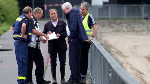 Horst Seehofer und Armin Laschet an der Steinbachtalsperre. (EPA)