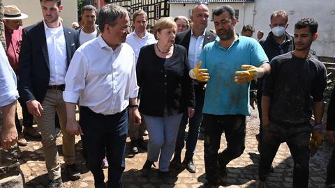 Angela Merkel und Armin Laschet bei einem Besuch in Bad Münstereifel. (AFP)