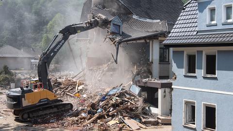Ein von der Flut beschädigtes Haus wird abgerissen.  (dpa)