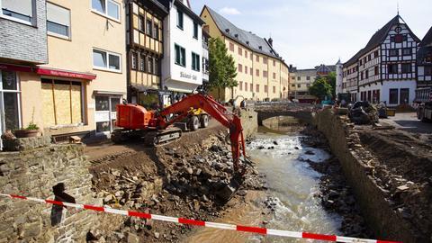 Ein Bagger bei Aufräumarbeiten nach der Flutkatastrophe in Bad Münstereifel. (dpa)