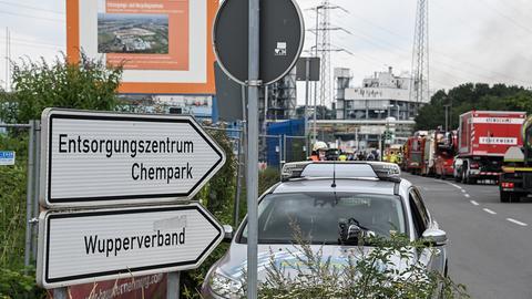 Feuerwehrfahrzeuge stehen vor dem Chempark Leverkusen. (EPA)