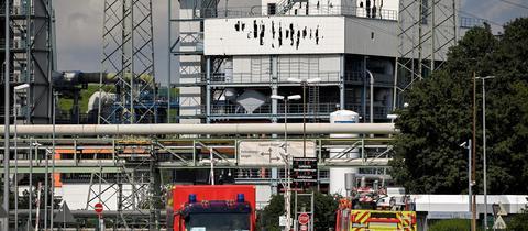 Einsatz- und Rettungskräfte stehen auf der Zufahrtsstraße des Chemparks in Leverkusen (EPA)