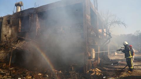 Ein Feuerwehrmann löscht Haus in der türkischen Stadt Manavgat. (REUTERS)