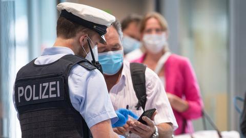 Bundespolizisten kontrollieren auf dem Frankfurter Flughafen Passagiere (dpa)
