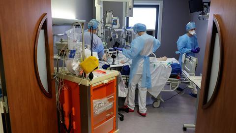 Medizinisches Personal arbeitet auf der Intensivstation im Krankenhaus von Cambrai (Frankreich). (REUTERS)