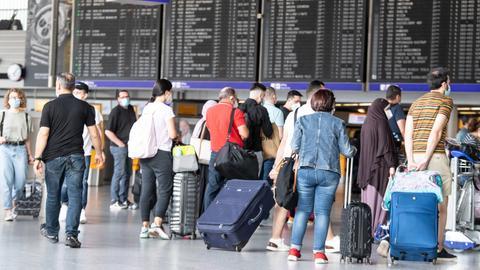 Passagiere warten auf dem Flughafen Frankfurt/Main. (dpa)