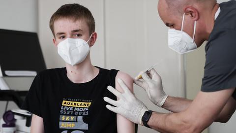 Ein 15-Jähriger wird von seinem Hausarzt geimpft (dpa)