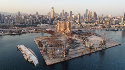 Blick auf den Hafen von Beirut mit dem im August 2020 zerstören Silos (EPA)