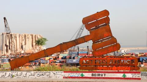 Eine Skulptur, mit der Forderung nach Gerechtigkeit für die Opfer der Explosion in Beirut, vor der Ruine des Düngemittellagers im Hafen. (REUTERS)