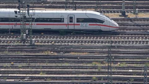 Ein ICE-Zug der Deutschen Bahn auf den Gleisen am Hauptbahnhof Frankfurt. (dpa)