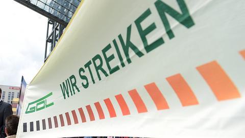 Banner der GDL mit er Aufschrift: Wir streiken (Archivbild) ()