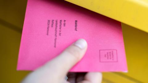 Umschlag zur Briefwahl, der zum Teil in einem Briefkasten steckt (Archivbild 2017)  (picture alliance/dpa)