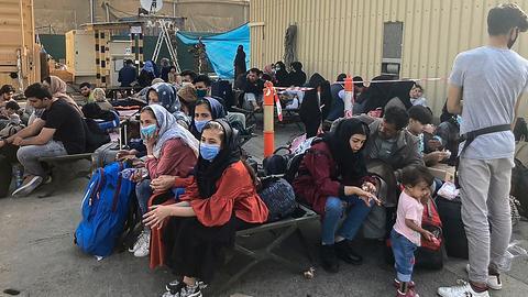 Menschen warten am Flughafen in Kabul auf ihre Evakuierung aus Afghanistan. (AFP)
