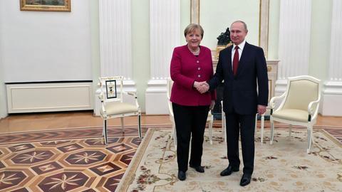 Kanzlerin Merkel und der russische Präsident Putin schütteln die Hände bei einem Treffen im Januar in Moskau. (MICHAEL KLIMENTYEV/SPUTNIK/KREML)