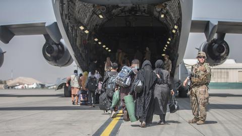 Familien gehen in Kabul an Bord einer Boeing C-17 Globemaster III der U.S. Air Force. (EPA)