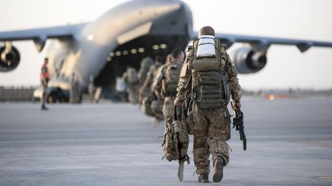 Bundeswehrsoldaten verlassen Masar-i-Scharif in Afghanistan (Archiv) (dpa)