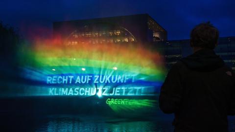 """Die Worte """"Recht auf Zukunft - Klimaschutz jetzt!"""" sind mithilfe eines sogenannten Hydro-Schildes vor dem Bundeskanzleramt zu lesen. (EPA)"""