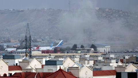 Rauch steigt von der Explosion vor dem Flughafen in Kabul auf. (AP)