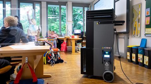 Ein Luftfilter steht in einem Klassenraum an der Grundschule Neubiberg (picture alliance/dpa)