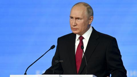 """Wladimir Putin, Präsident von Russland, hält eine Rede auf dem Parteitag von """"Einiges Russland"""". (dpa)"""