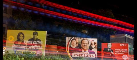 Großflächige Wahlplakate an einer großen Straße in Berlin (dpa)