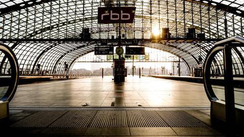 Der menschenleere Hauptbahnhof in Berlin (EPA)