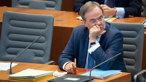 Armin Laschet (CDU), Ministerpräsident von Nordrhein-Westfalen, verfolgt eine Sitzung des Landtages. (dpa)
