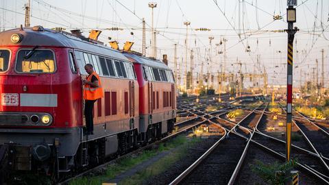 Ein Mitarbeiter der Deutschen Bahn steigt aus einem abgestellten Zug aus. (EPA)
