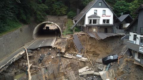 Beschädigte Straße und Häuser nach dem Hochwasser in Rheinland-Pfalz (dpa)