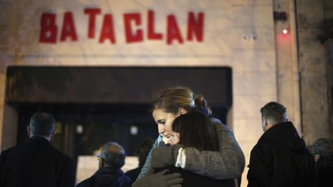 Vor dem Pariser Musikklung Bataclan umarmen sich am 13.11.2015 nach dem Terroranschlag zwei Frauen (AP)
