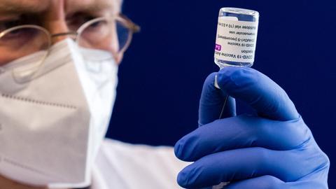 Spritze mit dem AstraZeneca Covid-19-Impfstoff (AFP)