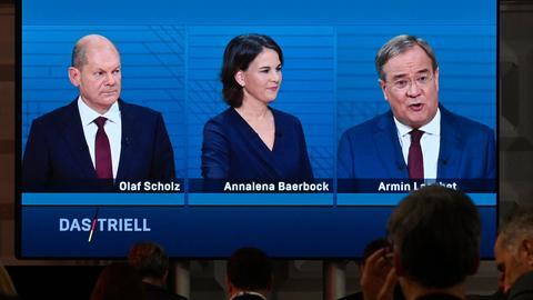 Die Kanzlerkandidaten von SPD, den Grünen und der Union beim TV-Triell von ARD und ZDF (AFP)